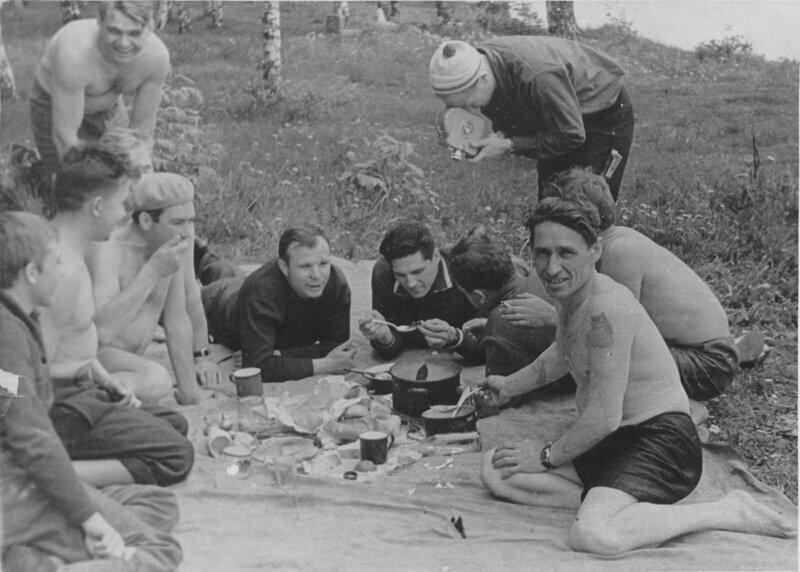 Юрий Гагарин со своими друзьями-космонавтами на настоящем мужском пикнике история, ностальгия, ссср, фотографии