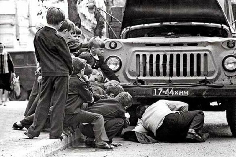 Автомобили тогда были не роскошью, причем их ремонтом занимались обычно папы история, ностальгия, ссср, фотографии