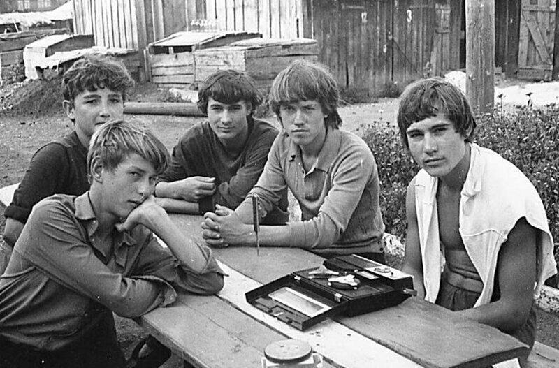 Молодые ребята частенько просто слушали музыку во дворе история, ностальгия, ссср, фотографии