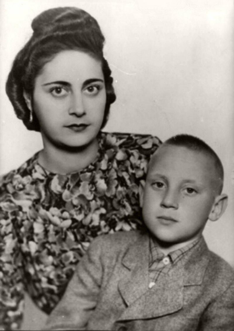 Евгения Степановна Лихалатова («мама Женя») и Володя на отдыхе в Германии