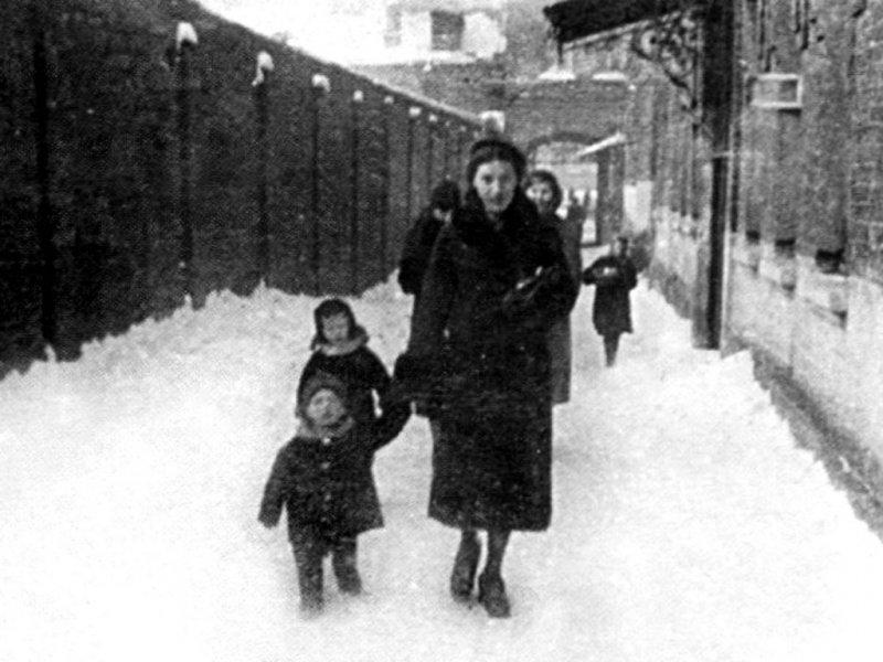 Нина Максимовна Высоцкая с сыном Володей