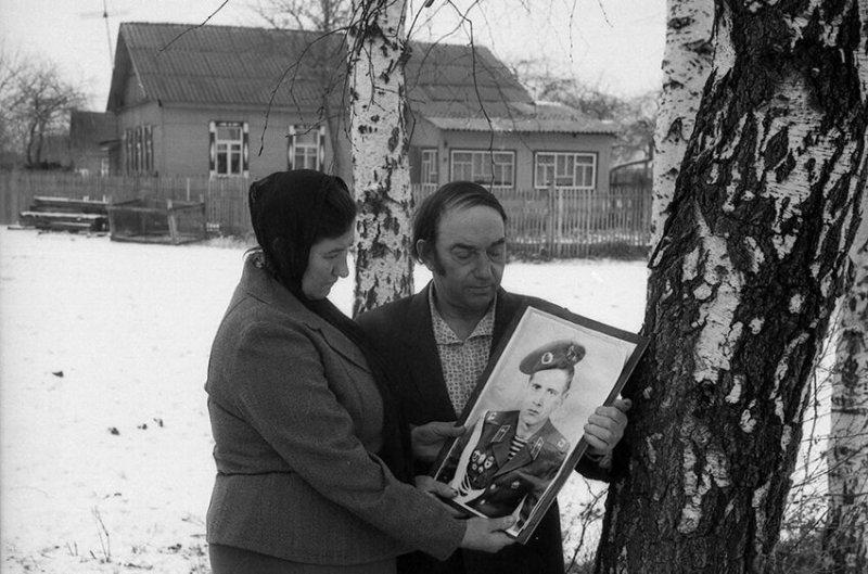 Мать и отец, чей сын (Сергей Луговой) погиб в Афганистане, 1999 год