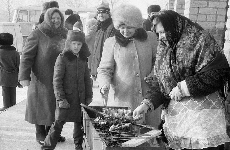Женщины готовят шашлык
