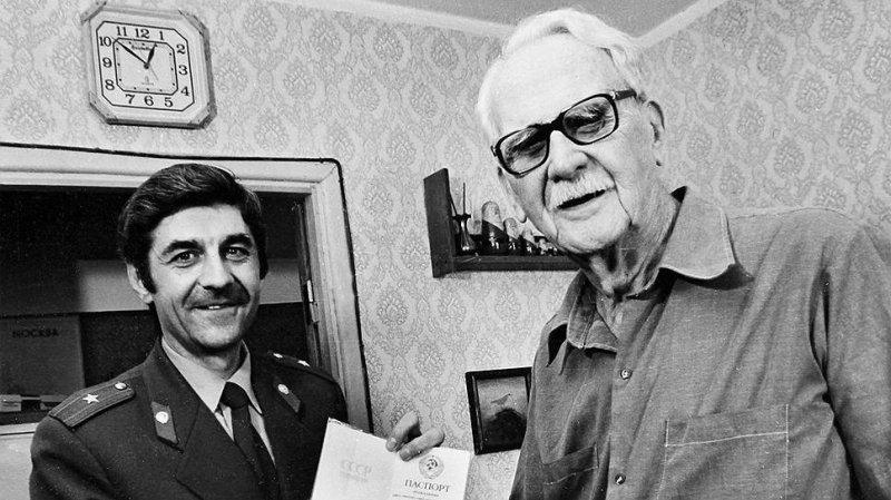 """""""Читайте, завидуйте, я - гражданин"""": полная паспортизация в СССР"""