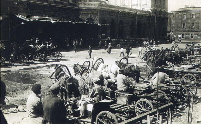 Извозчики на Привокзальной площади Ростовского железно-дорожного вокзала, конец 19 века