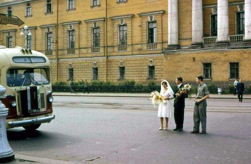 В своем фоторепортаже гость показал, что жизнь в Ленинграде шла обычным чередом, и эти молодожены на улице - тому доказательство