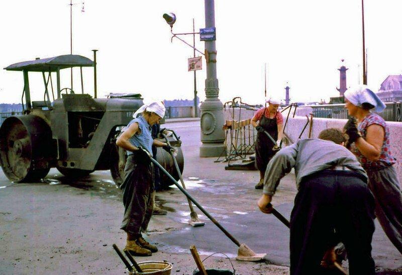 """Осталось и то, что сильно поразило интуриста. """"Этот снимок асфальтирующих дорогу женщин был еще одной попыткой поддержать мою убежденность в том, что жить в Советской России было тяжело"""""""
