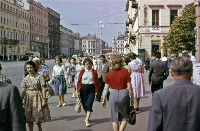 В комментариях к снимкам, автор фотографий отметил, что улица и люди в центре Ленинграда мало чем отличались от таких же улиц европейских городов
