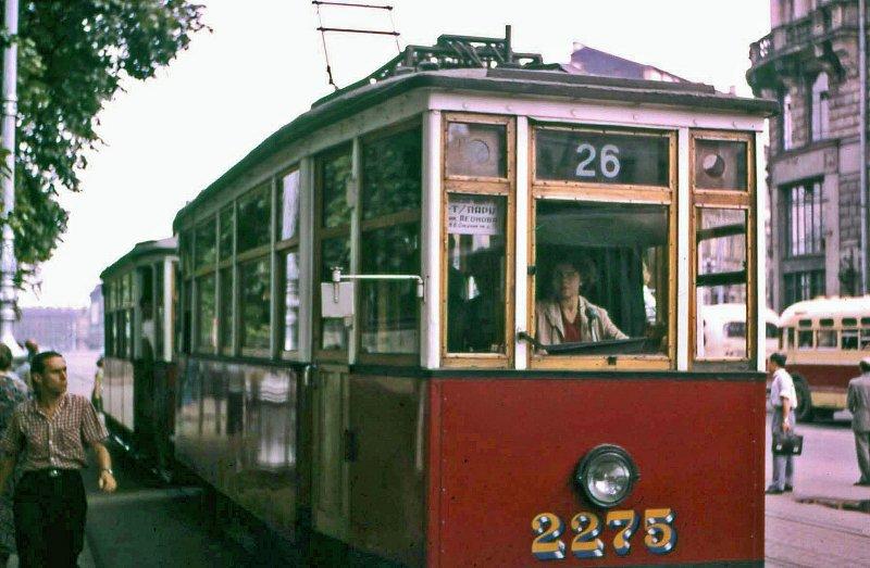 """""""Теперь-то женщин-водителей трамваев полным-полно, но в те годы подобная сцена шокировала меня, с моими мужскими предрассудками. Я уверен, что по улицам ходили эти же трамваи, когда я последний раз был в Санкт-Петербурге около 10 лет назад"""""""