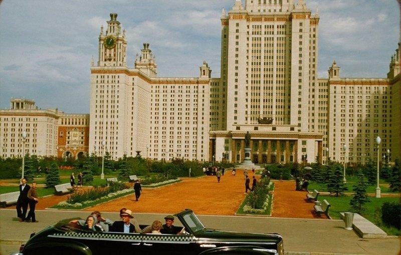 """Советский фаэтон """"ЗиС-110Б"""" на фоне главного здания МГУ на Воробьёвых горах, Москва, СССР, 1956 год"""