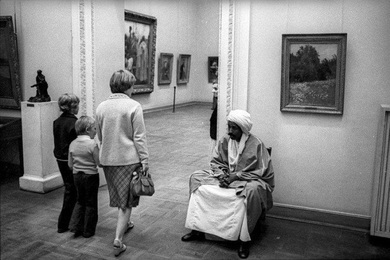 """""""Устал"""". Русский музей, Санкт-Петербург, 1990-е годы Стешанов, люди, снимки, ссср, фото, фотограф"""