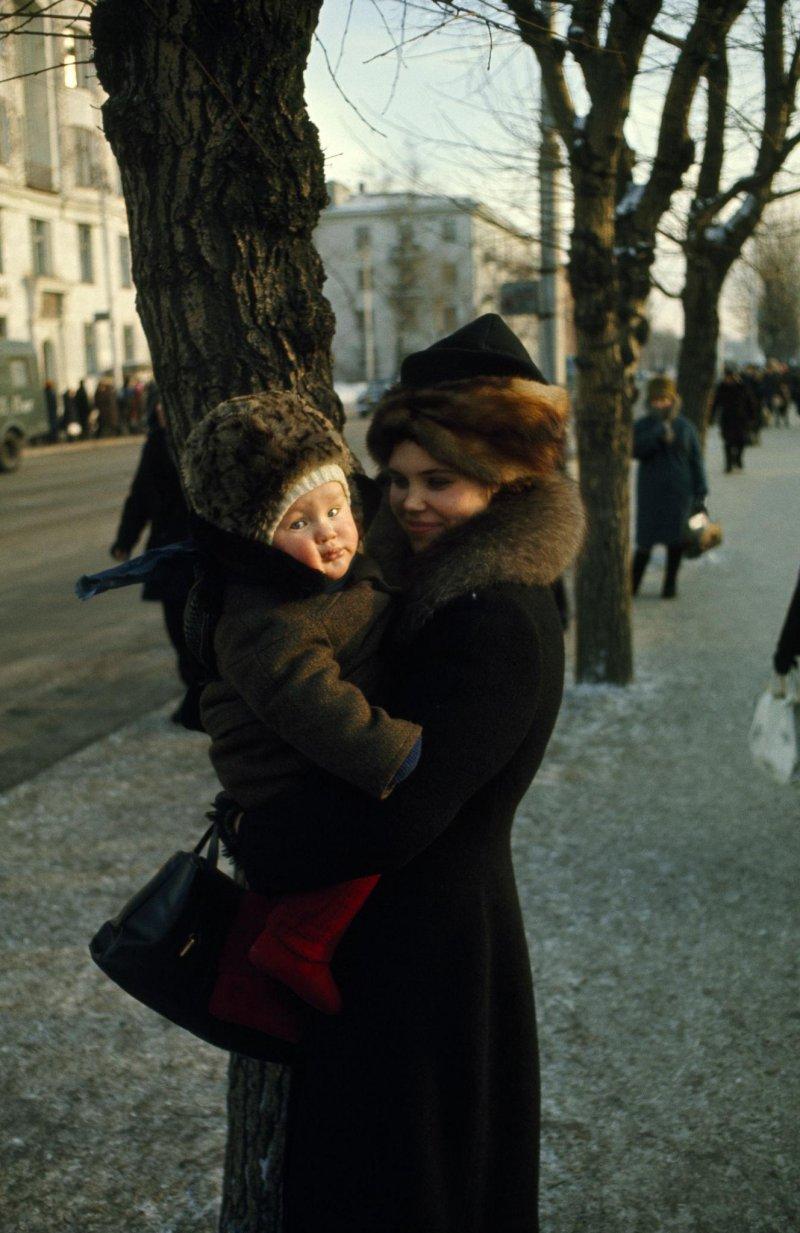 Женщина с ребенком на улице Ленина, 1967 60-е, история, ссср, фото