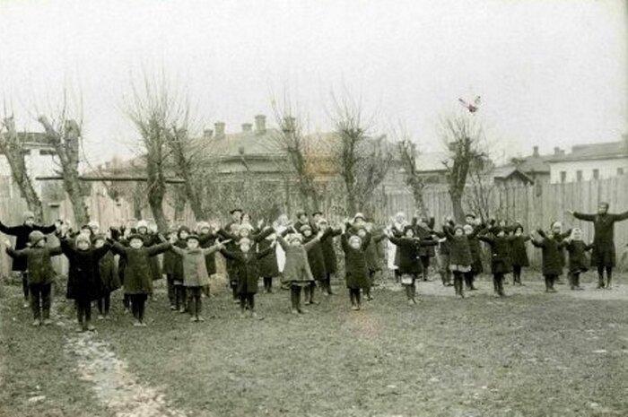 Дыхательная гимнастика с детьми. Вологда, 1927 год