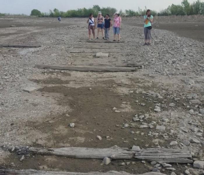 Обмелевшая Волга «показала» древнерусскую мостовую