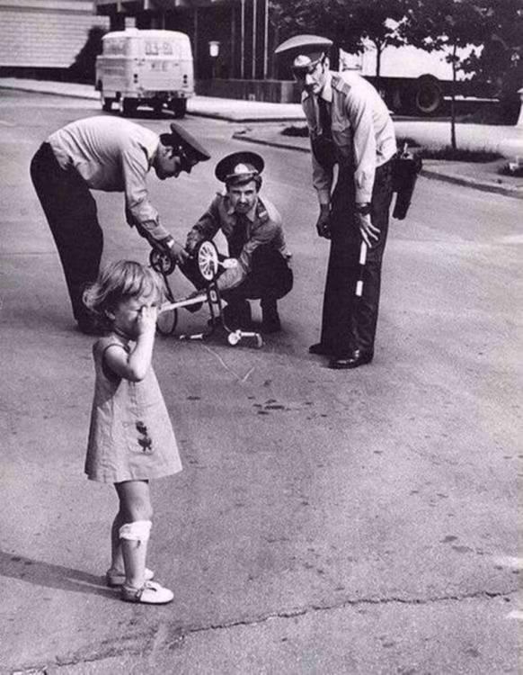 Милиционеры ремонтируют сломанный велосипед плачущей девочке по имени Арзу. Азербайджанская ССР, 1980 год