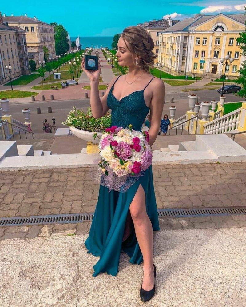Когда вся жизнь впереди: выпускницы-2019 во всей красе выпускница, выпускной, девушка, красота, платье, школа