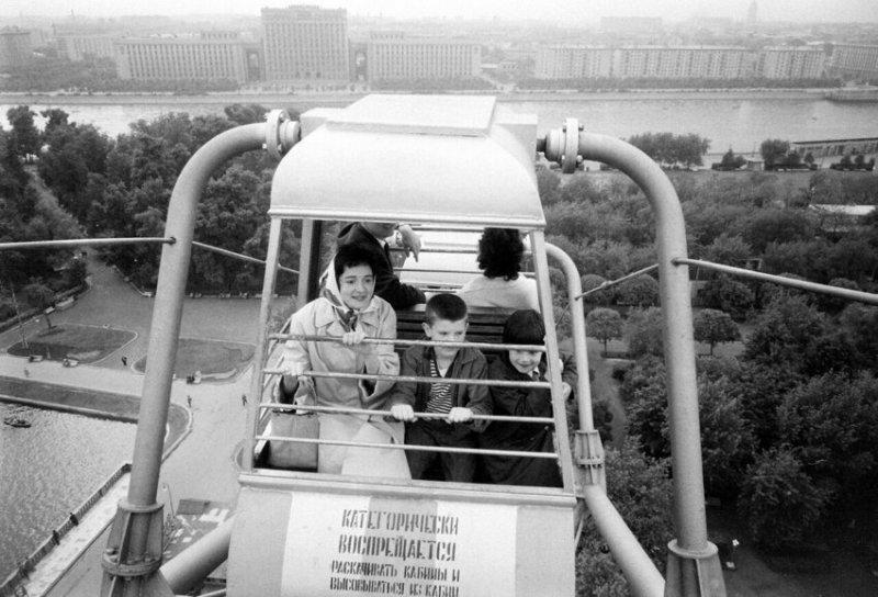 На колесе обозрения в Парке Горького, Москва, 1963 год