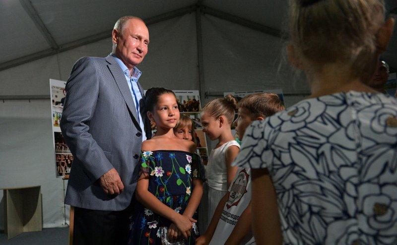 Путин встал на колено перед юной балериной