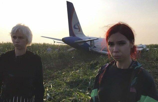 «Смотрите, мы в грязи»: пассажирка возмутилась жесткой посадке в кукурузном поле