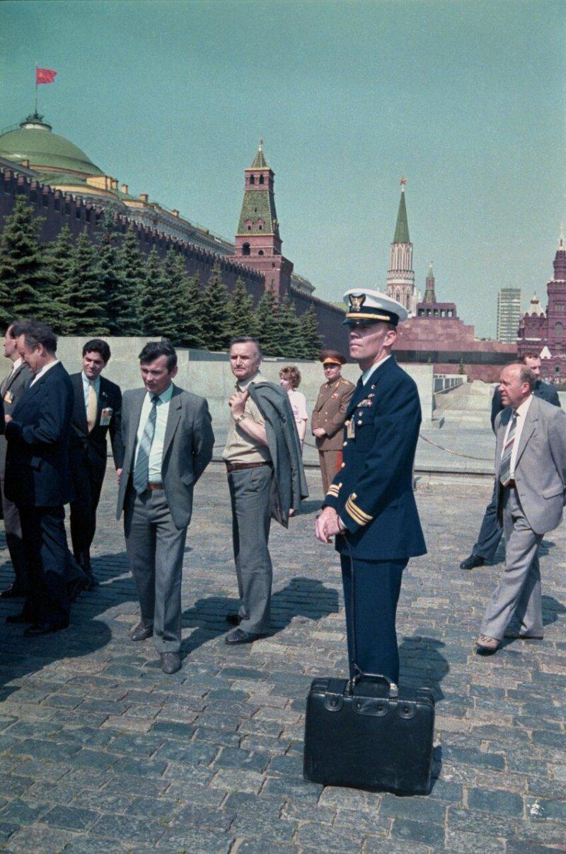 """Вуди Ли на Красной площади с """"ядерным чемоданчиком"""" во время визита Рональда Рейгана в СССР, 1988 год"""