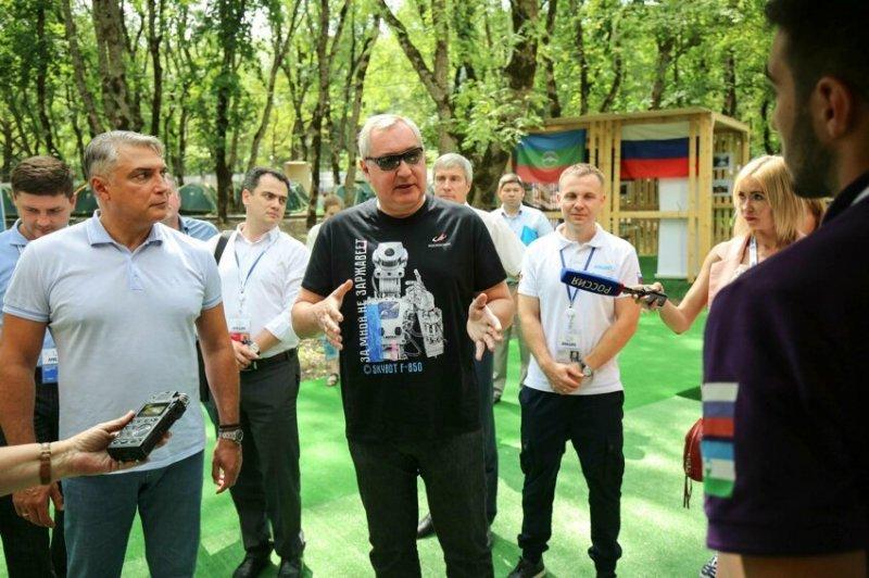 Робот в папахе станцевал лезгинку перед Рогозиным