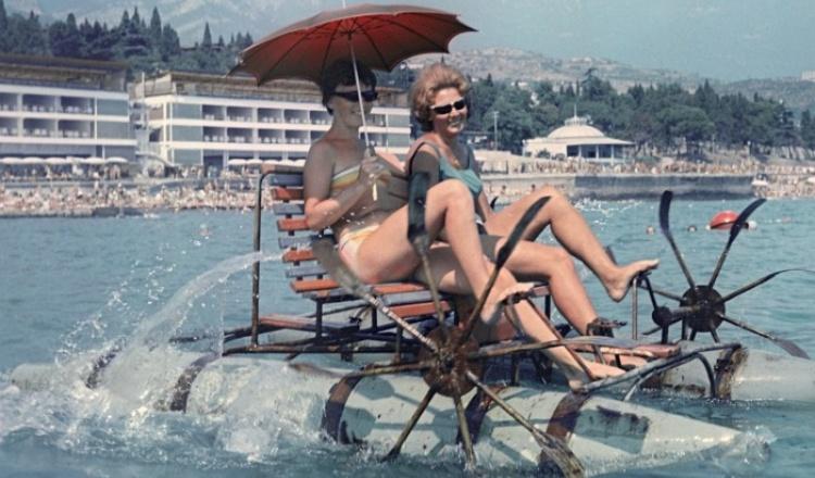 От сатиновых панталон до ниточек на теле: купальники советских женщин