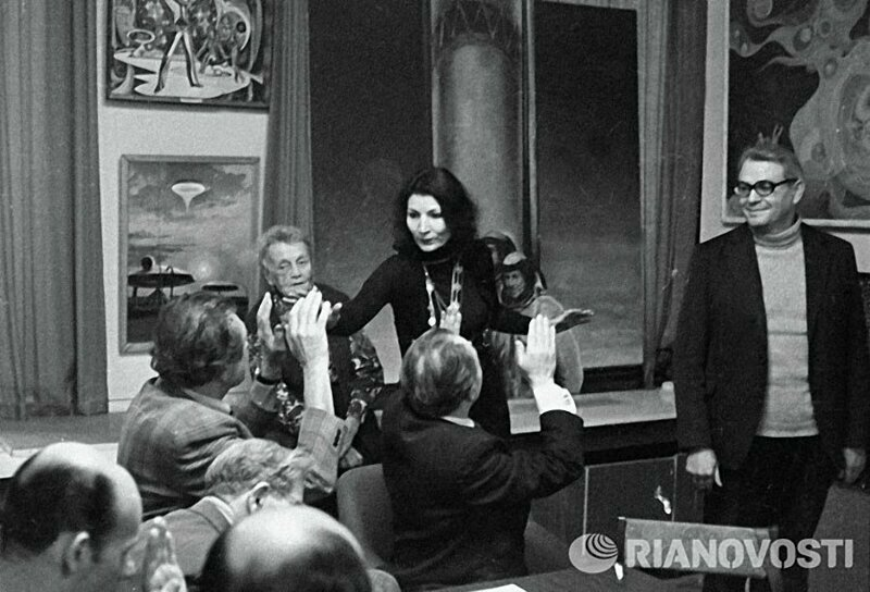 """Джуна Давиташвили беседует с работниками редакции журнала """"Техника молодежи"""""""