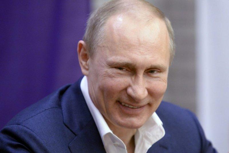 Владимир Путин повысил зарплаты чиновникам