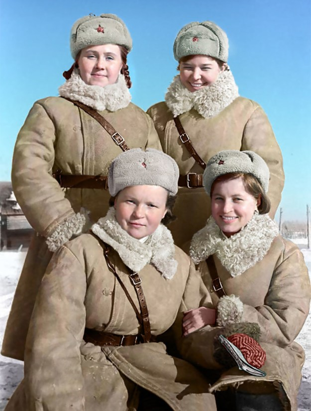 В цвете: девушки-солдаты, Волховский фронт, 1943 год