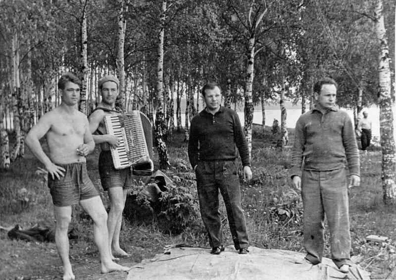 Юрий Гагарин, Алексей Леонов, Борис Волынов, Виктор Горбатко на пикнике в Долгопрудном, 1963 год