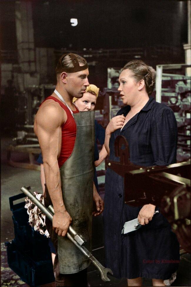 Рабочий и руководитель на автозаводе, Москва, 1954 год