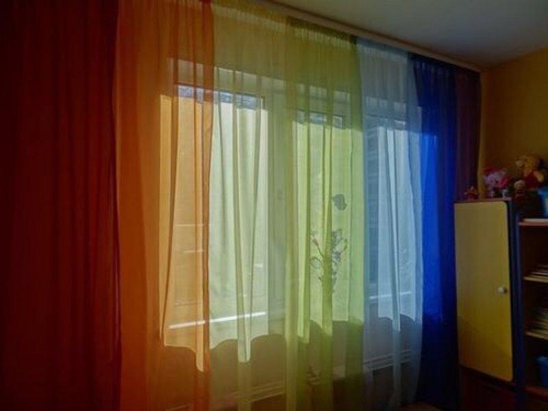 В Петербурге разгорелся скандал из-за радужных штор в окне жилого дома