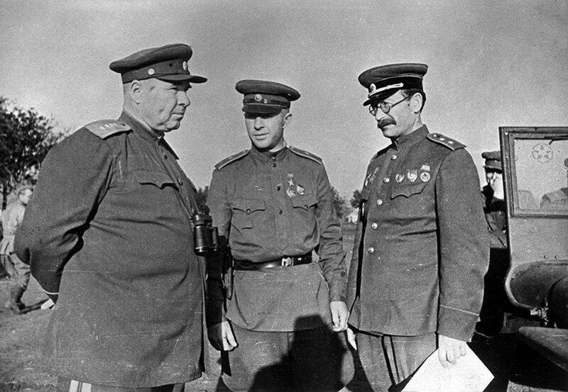 Генерал Апанасенко (крайний слева) на Воронежском фронте