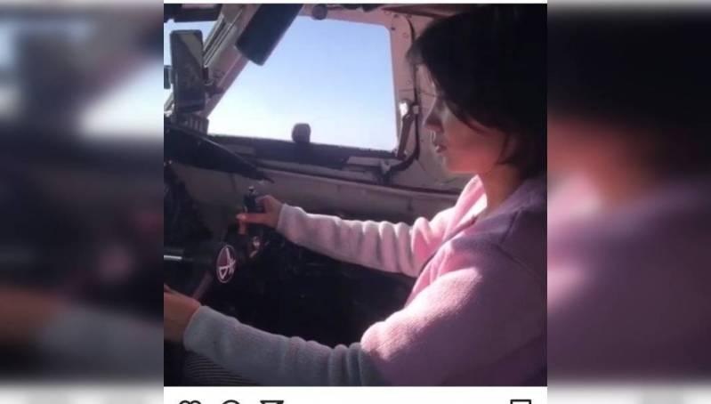 В России проверят пилота, который посадил за штурвал самолета свою подругу