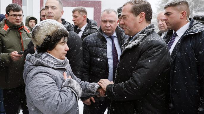 Пенсионерка из алтайского села встала на колени перед Медведевым
