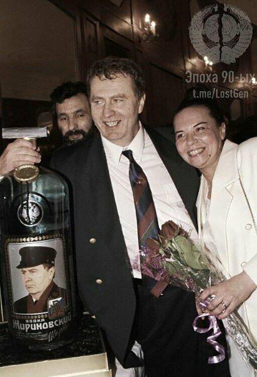 """Огромная бутылка водки """"Жириновский"""", подаренная политику и его супруге"""