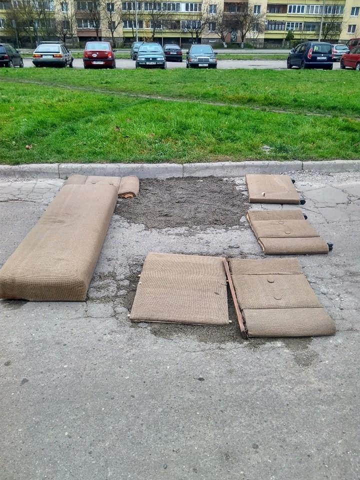 Калининградцы решили починить дорогу с помощью старого дивана