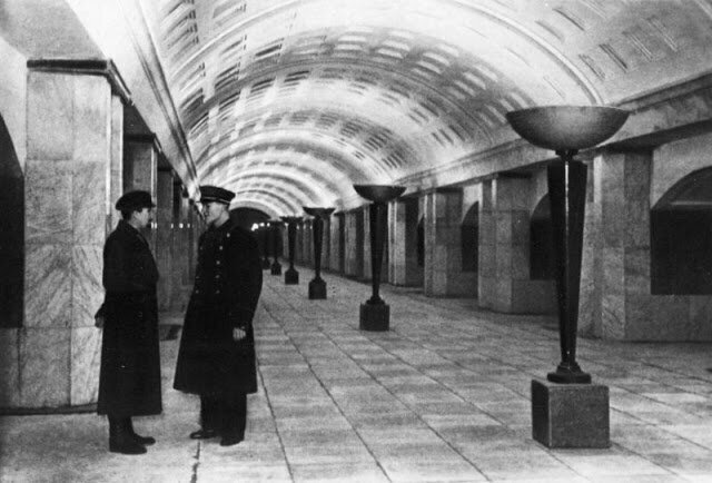 """Проход к поездам на станции """"Охотный ряд"""""""