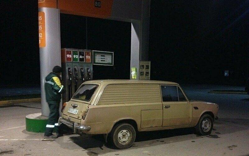Электромобиль ВАЗ-2801 на бензозаправке
