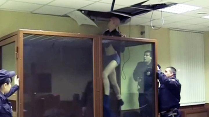 Москвич лишился штанов, пытаясь сбежать из зала суда через потолок