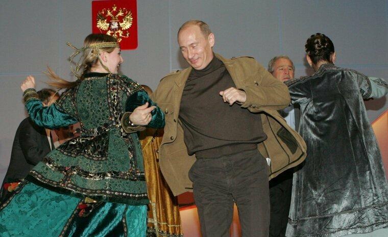 Кремль показал архивное видео танцев Путина и Буша
