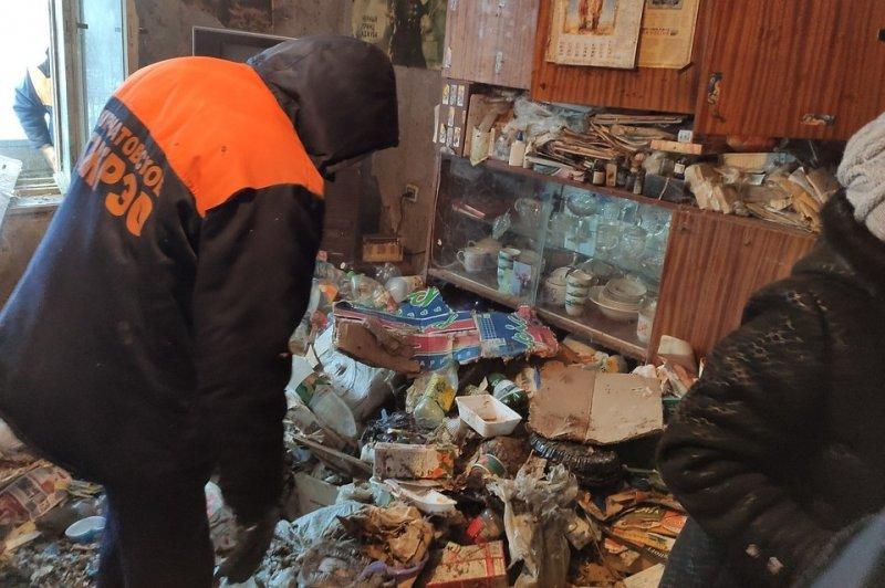 """""""Не успевала прибираться"""": из челябинской квартиры вывезли четыре самосвала мусора"""
