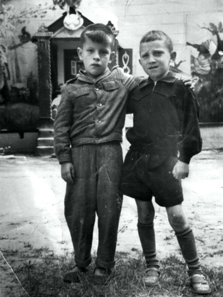 Владимир Высоцкий с другом, 1947 год
