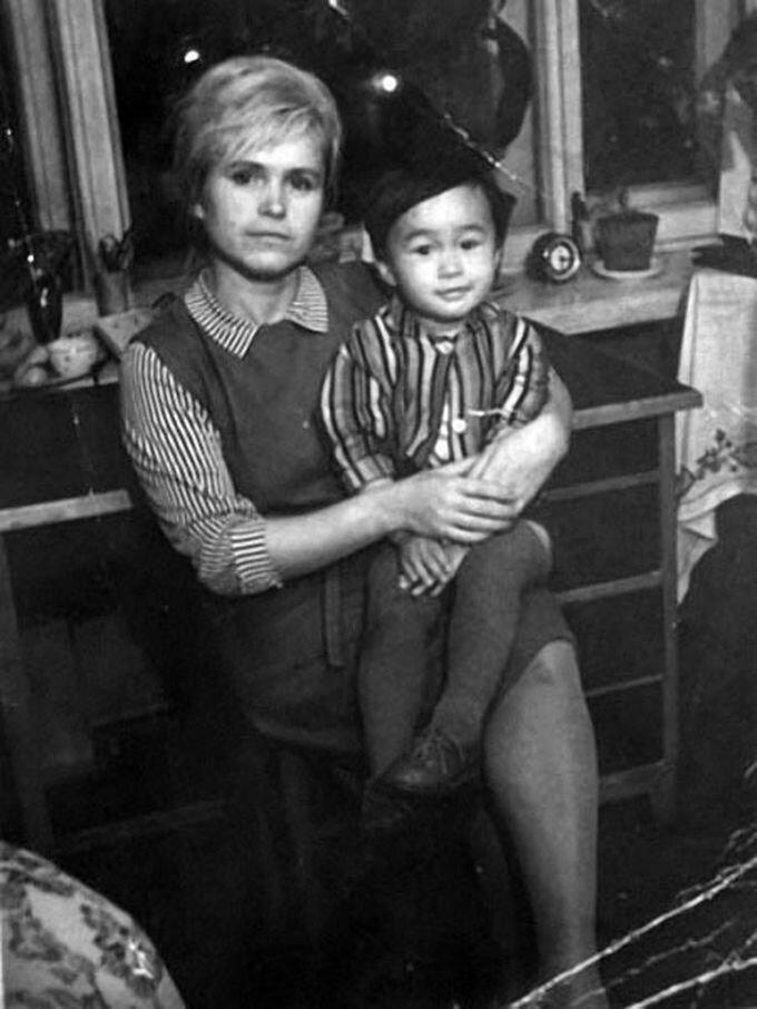 Юный Виктор Цой на руках у мамы