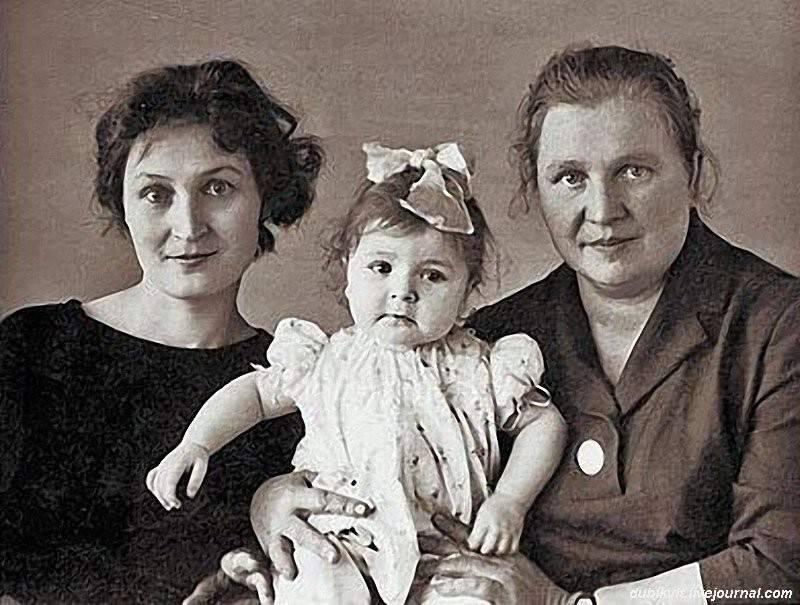 Жанна Агузарова с мамой и бабушкой
