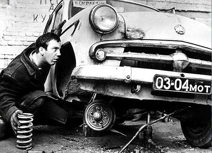 Юный Савелий Крамаров ремонтирует автомобиль
