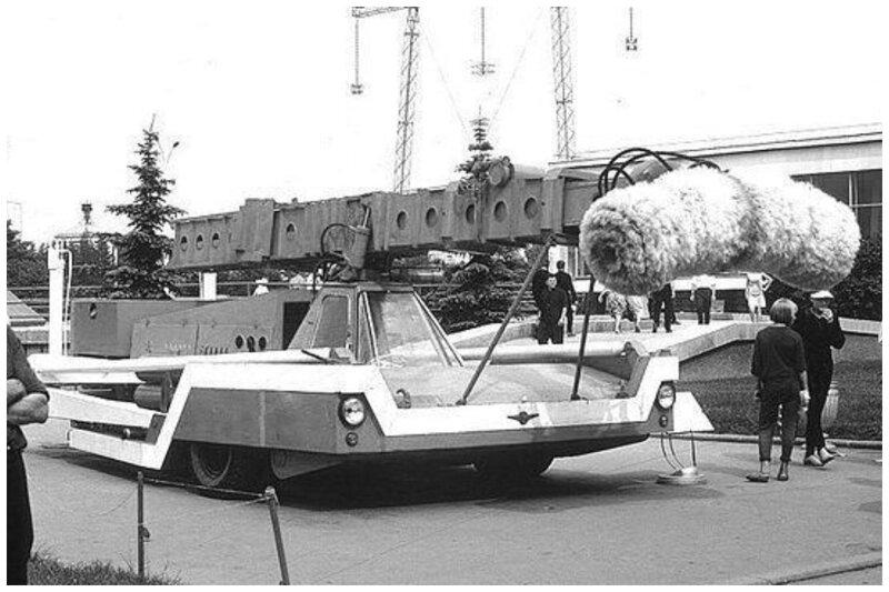 Автомобиль для мойки самолетов. Единственный экземпляр так и не поступивший в массовое производство. ВДНХ. 1969 год