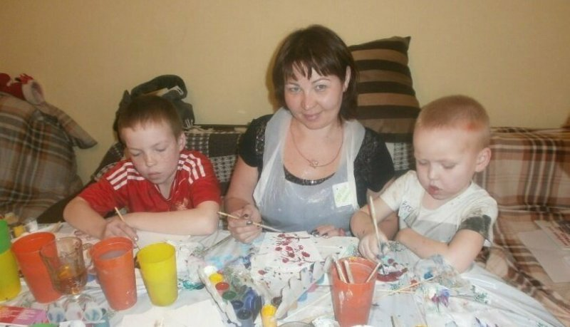 Мальчик пытается помочь маме с ипотекой, рисуя картины и создавая мультики