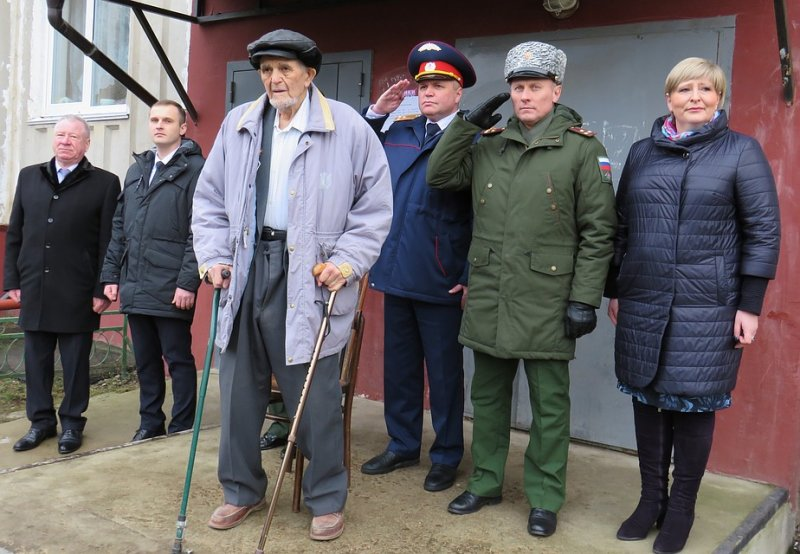 Под Смоленском десятки военных провели парад рядом с домом 96-летнего ветерана
