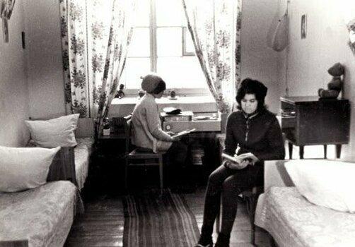 Учебники, гитара и застолья: атмосфера советских общежитий